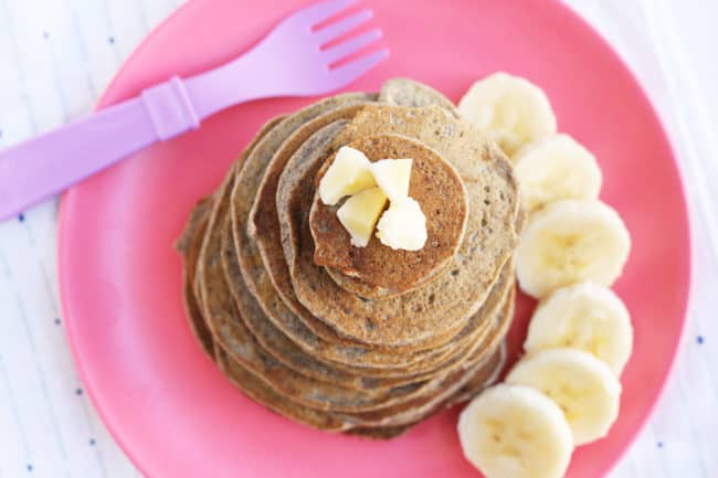 vegan-banana-pancakes on pink plate