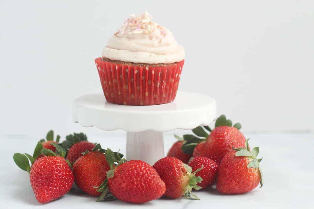 strawberry-cupcake-on-mini-cake-stand