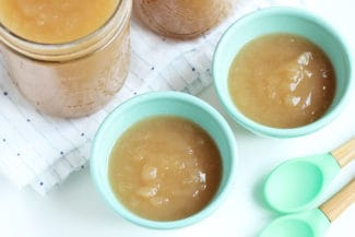 crockpot-applesauce-in-blue-bowls