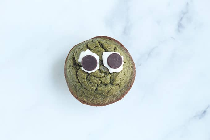 spinach-muffin-with-eyes