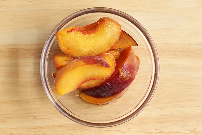 peach slices in bowl