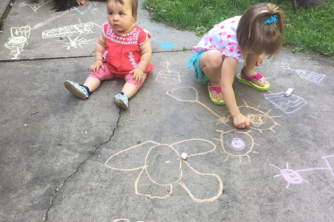 kids-coloring-with-sidewalk-chalk