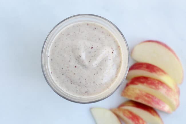 apple-pie-smoothie-with-apple-slices