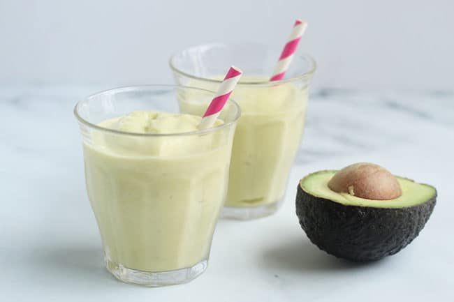 easy-avocado-smoothie-with-pink-straw