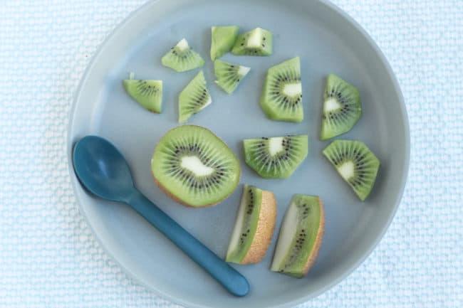 cut-kiwi-on-blue-plate