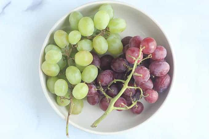 red-and-green-grapes-in-white-bowl