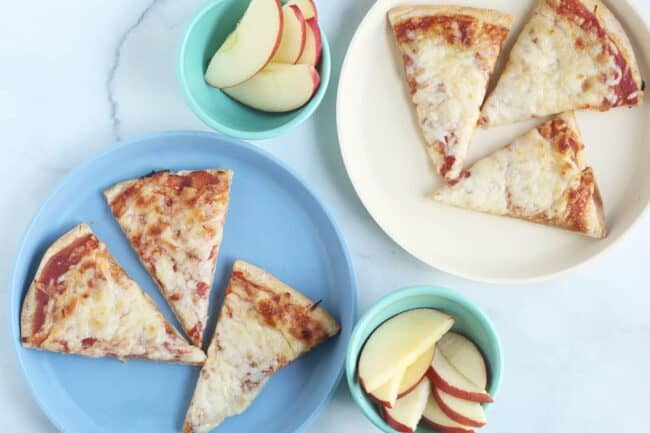 flatbread-pizza-on-plates-with-apple-slices